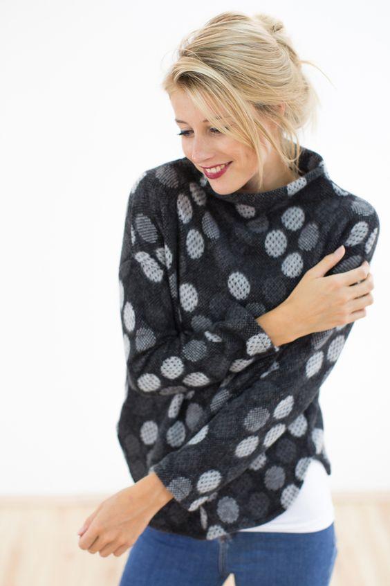 Gepunkteter Winterpullover in schwarz / cozy sweater by Shoko via DaWanda.com - Ausverkauft, aber ich liebe den angeschnittenen Kragen