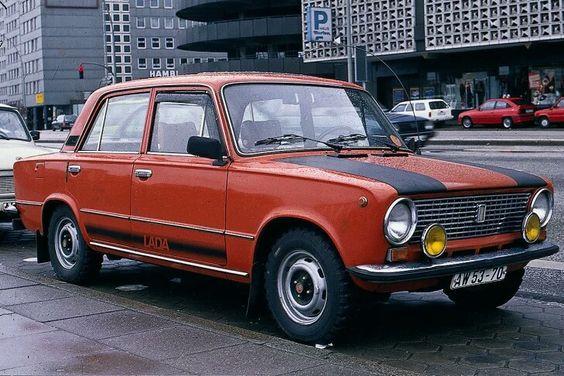 Der Markenname Lada war auch Wessis bestens bekannt, denn schon seit den frühen 70er-Jahren waren Wagen der Marke auch in Westdeutschland zu kaufen. Der in Russland Shiguli genannte Wagen ist ein Lizenzbau des erfolgreichen Fiat 124. Hier zu sehen ist ein Lada 1200 im selbstgebastelten Rallye-Trimm.
