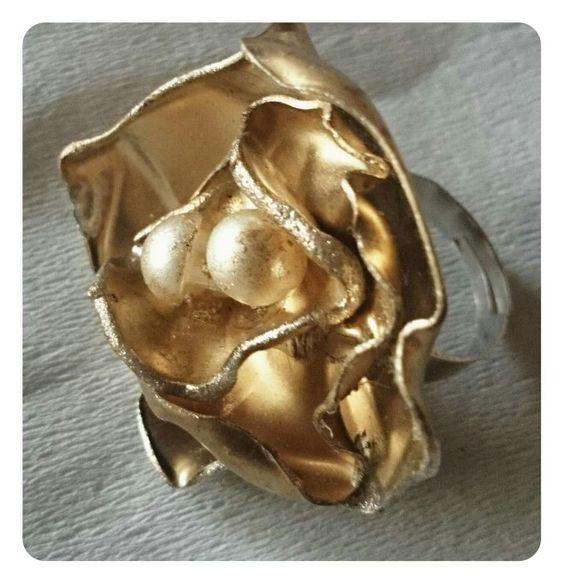 Hermoso anillo dorado ajustable realizado con botella plastica y botones. Mas productos en facebook https://m.facebook.com/bisuteriasvs Consultas y pedidos por inbox o correo. Gracias!