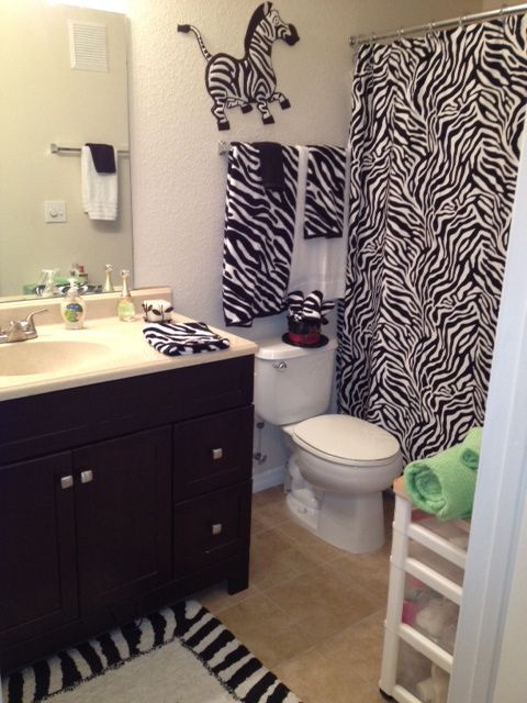 Bon Notice In The Mirror, You Can See A Simple White Towel With A Black  Washcloth U2014 A Great Way To Get That Zebra Effect.