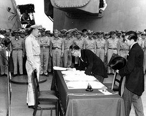Em 2 de setembro de 1945, depois da rendição do Japão, terminava a Segunda Guerra Mundial. Ministro das Relações Exteriores do Japão Mamoru Shigemitsu assina a Ata de rendição do Japão no USS Missouri sendo visto por Richard K. Sutherland.