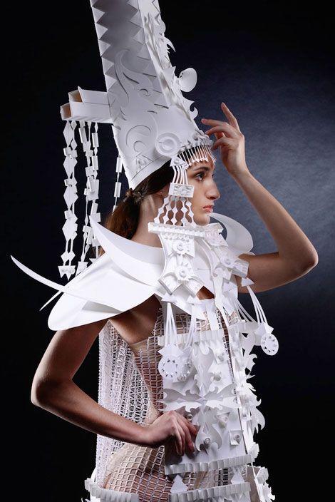 ダイナミックで精巧!!モンゴルの民族衣装からインスピレーションを得て紙から作られたドレス