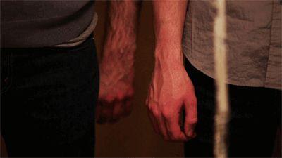 Hände, die zueinander finden.  https://de.pinterest.com/franziskamatlij/boys-love/