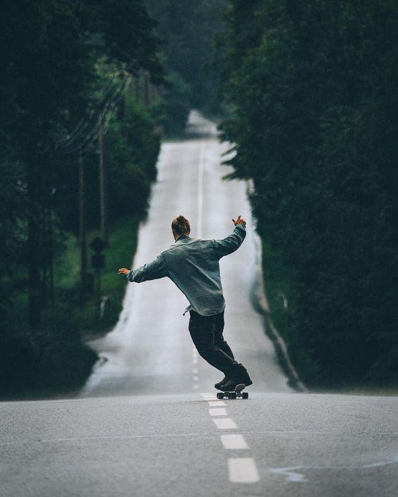 坂を滑るスケートボード
