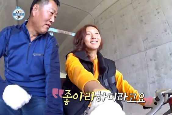 "MAMAMOO's Hwasa Spends A Day Full Of Smiles, Laughter, And Tears With Her Father On ""I Live Alone"""