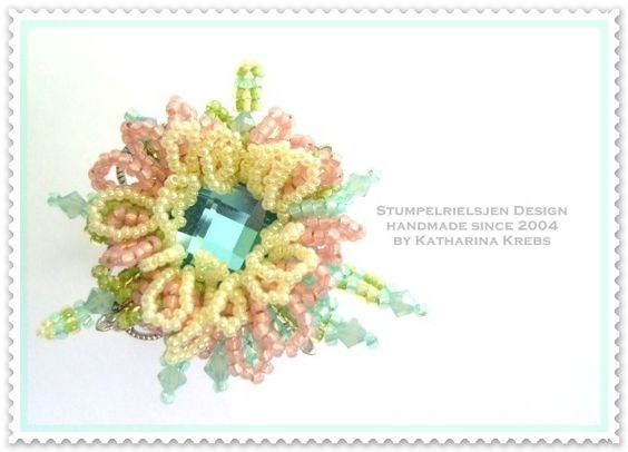 Beadwork-feine Perlenkunst    In Handarbeit erstellter Ring der einer Seerose gleicht die im dunkelgrünen Teich dahin gleitet.    Ich habe in der P...