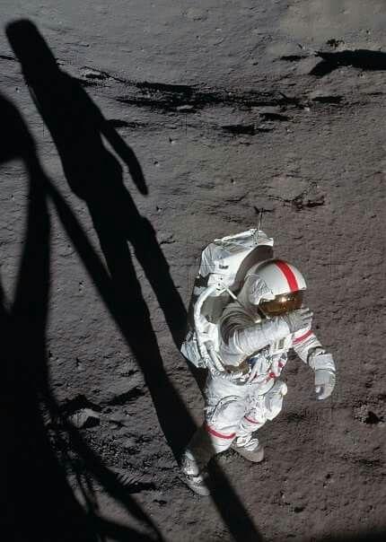 月面に立って眩しそうにしてる姿