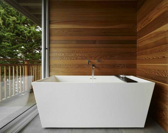 Badezimmer Badewanne In Weiß Holzwand Und Gläserne Wand | Haus ... Badezimmer Holzwand Bilder