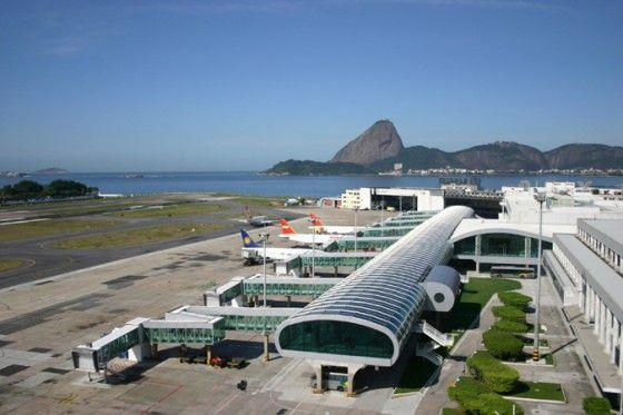 Flughafen Santos Dumont in Rio Der 1938 von Brüdern Marcelo und Milton Roberto, Gewinnern eines nationalen Wettbewerbs, entworfene Flughafen stellt einen Wendepunkt in der modernen brasilianischen Architektur dar und innoviert mit einer Doppellobby und Glasfronten von 15 Metern Breite und 5 Metern Höhe. Die von Burle Marx gestaltete Flughafenumgebung bietet einen umwerfenden Ausblick auf die Stadt Rio, die Bahia di Guanabara, den Zuckerhut, die Strände von Copacabana und Ipanema.