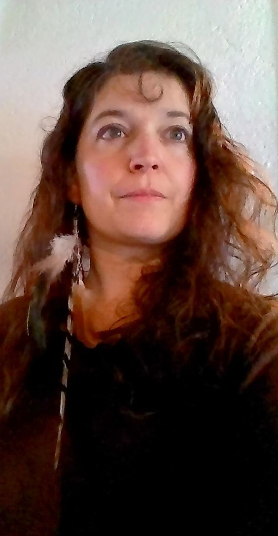 www.fimosophie.com NATURE INDIENNE 2 Très belle et longue boucle d'oreille (unique) pour un air nature et indien, aux couleurs chaleureuses, dans les tons marrons, brun... Cette boucle se porte seule. Les plumes, montées sur un support argenté, sont naturelles:La plus longue des plumes (25 cm) est une plume de queue de faisan vénéré.Les autres plumes sont issues d'un coq fauve, d'un faisan et d'un paon. Merci pour votre visite, Fimosophie