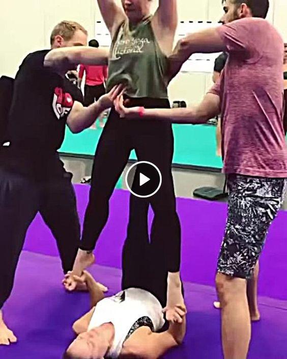 Mulher faz manobra e bate no rosto da mulher.