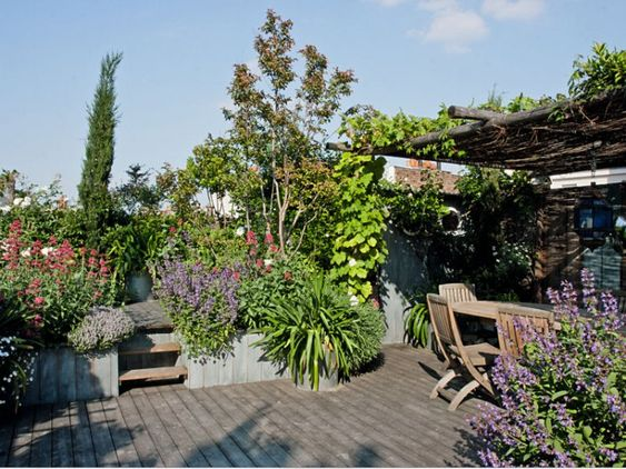 Vers le deck sup rieur gardens rooftop gardens and decks for Les paysagistes