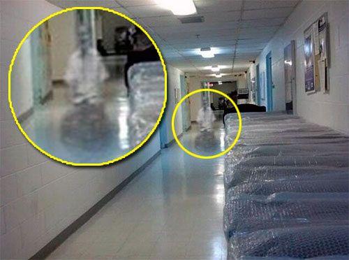WheelChair Ghost Това беше взето взето в мазето на Kith Haven Assisted Living в Flint, Мичиган на 23 ноември 2012 г. от служител, който каза, че я е видяла с очите си, хвана телефона и взе тази снимка.