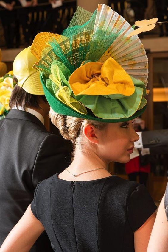 Elégante et ravissante avec un chapeau de catherinettes dans les tons de la tradition!: