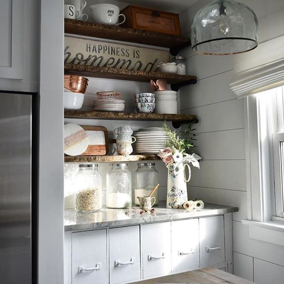 Love this beautiful alcove of shelves in Susan's kitchen, holding some eclectic treasures. I've been following @kindredvintage since I first started here on IG and she never ceases to inspire! Since it was too gray here today to take any pictures, I'll happily share her instead. ♥️. Hope your Monday was productive, friends!