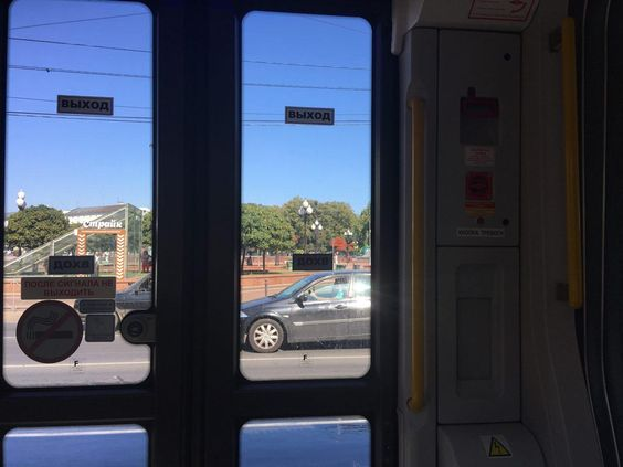 Автоматические двери в трамвае с кнопками