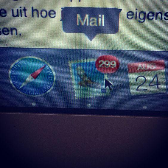 Ohja, voordat ik weg ga naar Los Angeles nog even mijn mailbox opschonen.. Nog 299 mails te gaan.. #music #smile