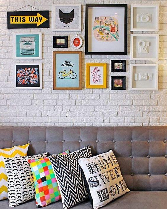 Quer dar uma mudada na sua casa?! Que tal uma decoração com quadrinhos?! Eu amo da vida e alegra o ambiente, você também pode apostar em almofadas coloridas pra finalizar!