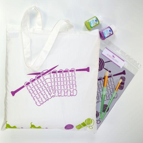 Sac shopping en coton blanc, Pochoir Tricot A4, peintures textiles Lilas et Vert bronze, brosses à pocher - http://www.adeuxmains.fr