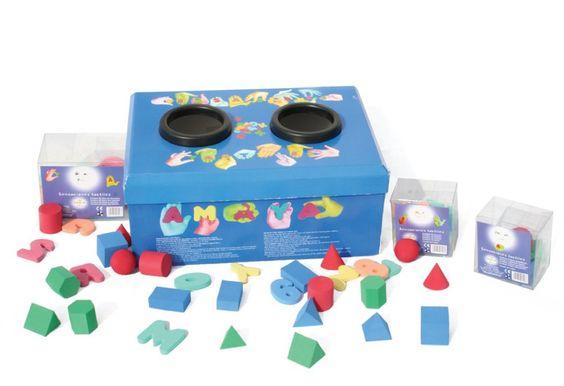 Sensaciones táctiles. El niño desarrolla jugando el sentido del tacto, aprendiendo a diferenciar figuras geométricas así como las letras del abecedario y los números.