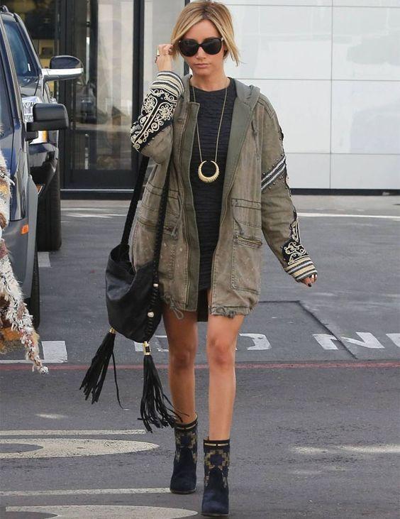 A cantora e atriz Ashley Tisdale usa parka, peça trend do verão que continua no inverno.