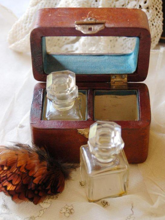 Boudoir reissetje uit 1880-1990 twee parfumflesjes in etui