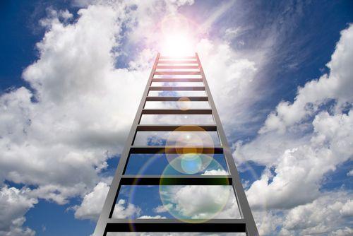 Gute Leistungen im Job können den beruflichen Aufstieg fördern, doch allein reichen Sie meist nicht aus, denn die Karriereleiter steht nicht im Büro...