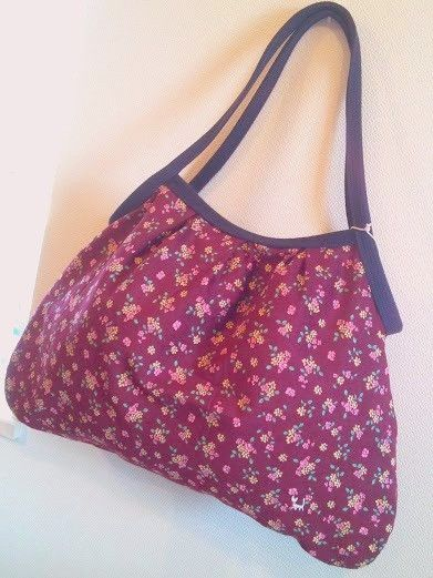 ボルドーの花柄生地に、白ねこのワンポイント刺繍をつけたグラニーバッグです。持ち手をやや長めにとっているので、通常の服装でしたらショルダー掛けにできます(厚手の...|ハンドメイド、手作り、手仕事品の通販・販売・購入ならCreema。