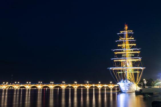 https://flic.kr/p/xSNov6 | Le Cisne Branco à Bordeaux | Le Cisne Branco (« cygne Blanc » en portugais) est un clipper trois-mâts carré de la marine nationale brésilienne. Lancé en 1999, il est l'exact sister-ship du Stad Amsterdam, un clipper du xixe siècle. Le navire est basé à Rio de Janeiro qu'il quitte régulièrement pour des voyages au long cours. (Source : Wikipédia)