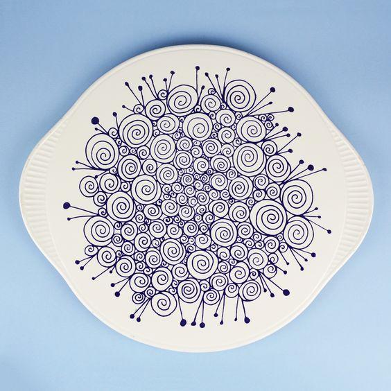 Duża tortownica Edel Keramik z pięknym i niezwykłym kobaltowym wzorem na białym tle.