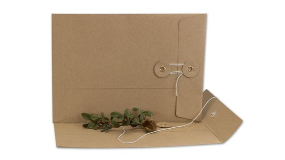 Neu im Shop: Briefumschlag C5 mit Bindfadenverschluss. Passend für Fotos, Dokumente, Briefe und Einladungen bis A5. Aus braunem, glatten Kraftpapier. [EN] Envelope with string and button, C5, brown, smooth, kraft paper
