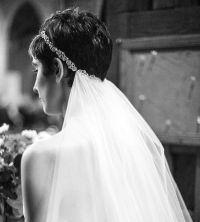Acconciatura da sposa capelli corti cerchietto velo