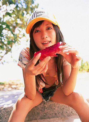果物を食べる小松彩夏