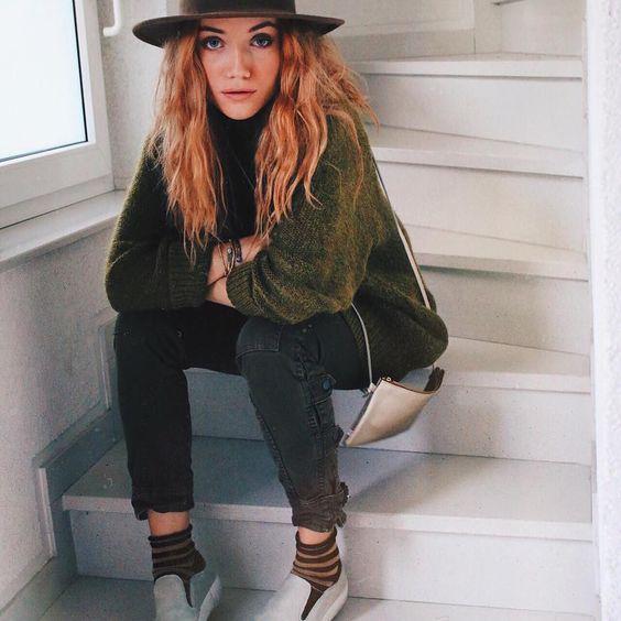 Die hübsche hübsche Nanda Schwarz mit goldenem Täschchen von ElektroPulli  #Repost @nanda_schwarz   I could not live without my hats anyone feels the same?  shoes by @oxsofficial
