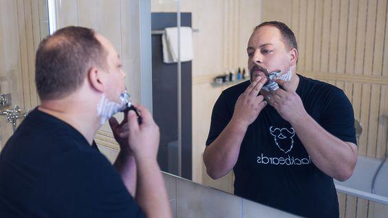 Neueinstieg in die Nassrasur. Alles, was du als Anfänger über die Rasur mit einem Rasierhobel (oder Rasiermesser) wissen solltest. #blackbeards #Rasur #Nassrasur #Bart #Bartpflege #Beardcare #Rasiermesser #Rasierhobel Onlineshop: www.blackbeards.de