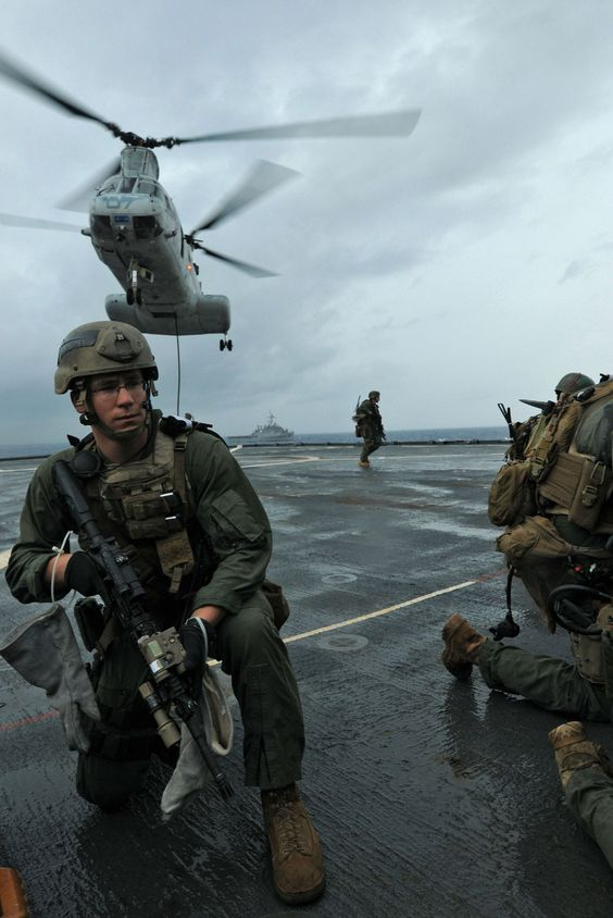 [Military] 31st MEU's Maritime Raid Force (MRF) fast-rope down from a CH-46E Sea Knight helicopter. ()