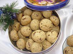 Diós-csokis: 12 dkg vaj+10 dkg cukor(keverni); 1 tojás, fél teáskanálnyi őrölt fahéj, 25 dkg liszt, 10 dkg darált dió, 10 dkg étcsokoládé, 1 tk sütőpor