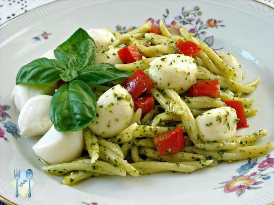 ITALIANS DO EAT BETTER: TROFIE AL PESTO CON POMODORINO E MOZZARELLA