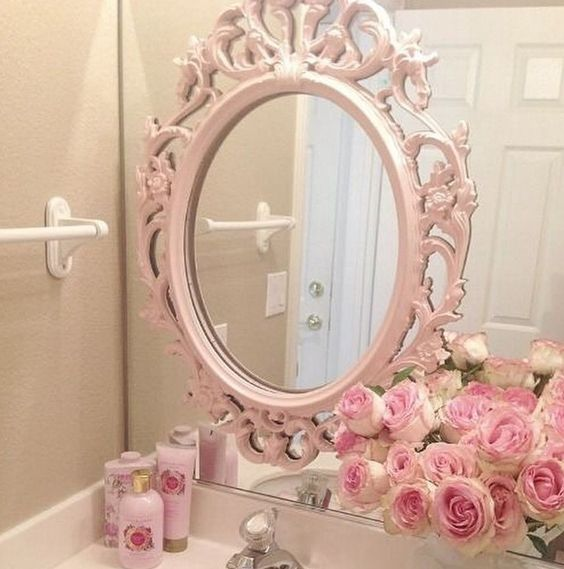 Espelhos sobrepostos: banheiro feminino