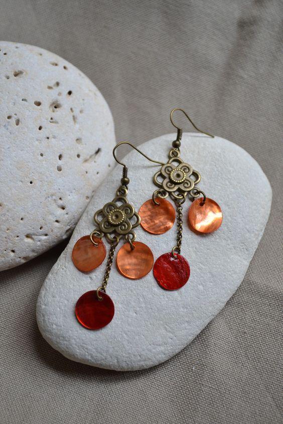Boucles d'oreilles avec sequins en nacre orange et rouge : Boucles d'oreille par libelula-crea
