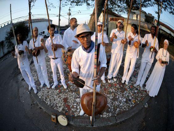 No sábado, 13 de abril, a partir das 20h, a Orquestra de Berimbaus do Morro do Querosene se apresenta no Teatro do Querosene.