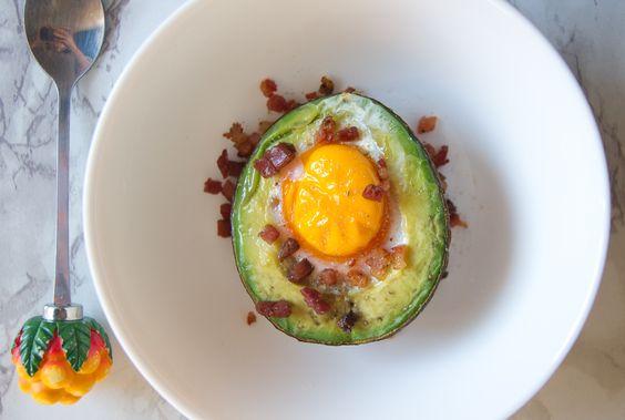 Frühstücksgewohnheiten – Avocado mit Ei