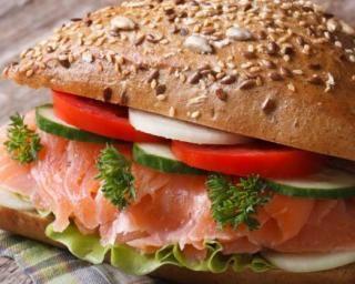 Burger au saumon fumé, tomate et mozzarella : http://www.fourchette-et-bikini.fr/recettes/recettes-minceur/burger-au-saumon-fume-tomate-et-mozzarella.html