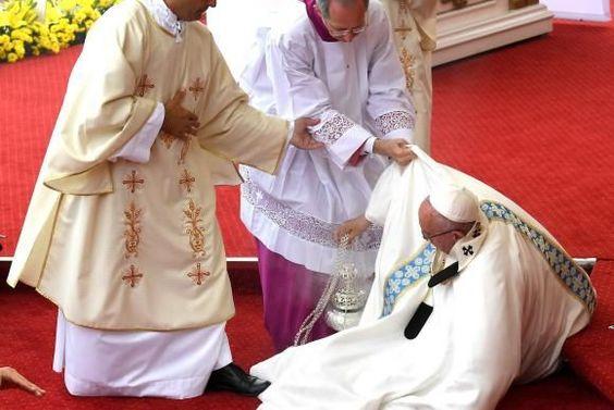 Papa cai durante missa na Polônia