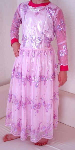 Dieses *zweiteilige Kleid* ist an die +traditionelle kurdische Bekleidung des Nordirak+ angelehnt und aus dortigem Stoff genäht. Dort wird es von M...