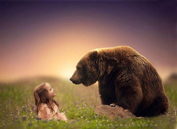 Les photographies de Rhiannon Logsdon, une photographe qui s'amuse à mettre en scène les rêves des enfants dans des compositions douces et surréalistes. Apr