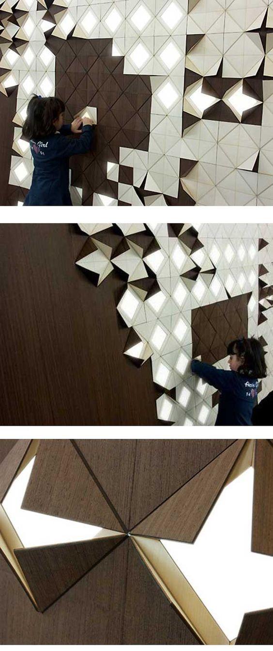 Light Form de Francesca Rogers et Danièle Gualeni est un panneau pourvu de motifs triangulaires modulables. l'ouverture partielle des différents modules permet de lire des formes contrastées géométriquement.