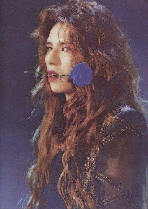口に青いバラを加えているロングヘアーのXJAPAN・YOSHIKIの画像
