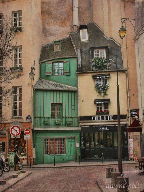 Odette,  77 Rue Galande, 75005 Paris, en face de l'Église Saint-Julien-le-Pauvre, l'une des plus anciennes de Paris,et du square René Viviani-Montebello qui abrite le plus vieil arbre de Paris.