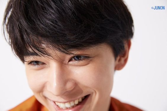 笑顔がすてきな吉沢亮のアップの高画質画像